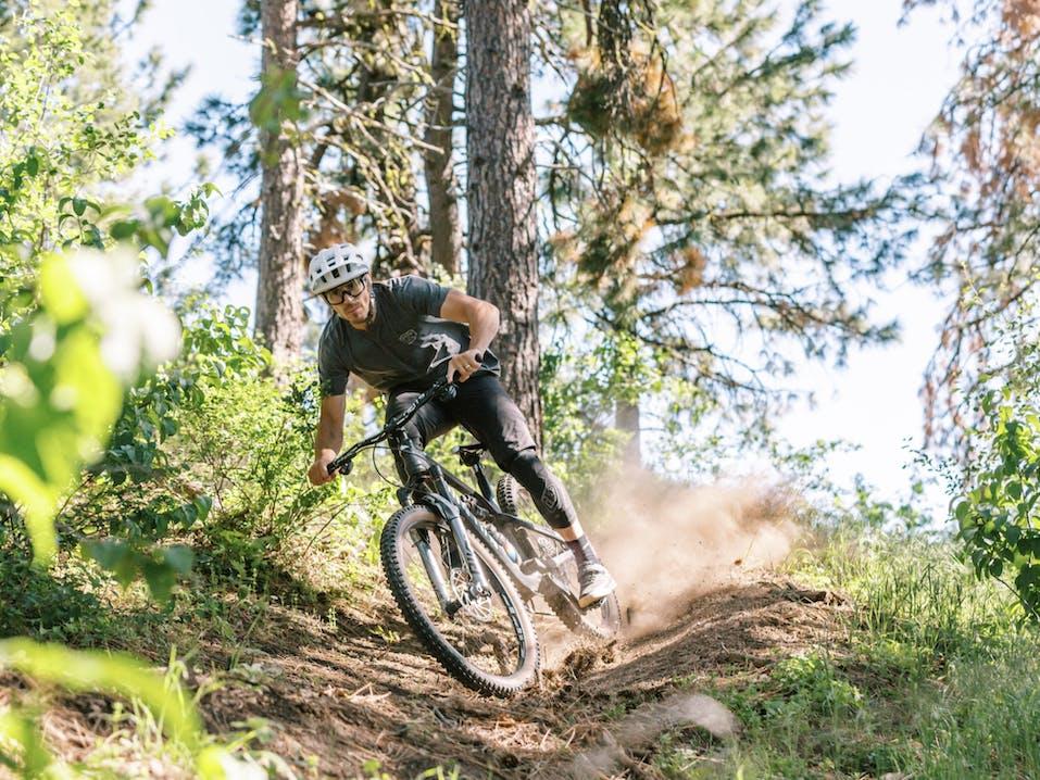 Uomo con mountainbike