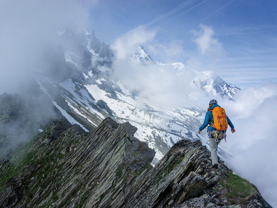 Persona che cammina in ambiente montano