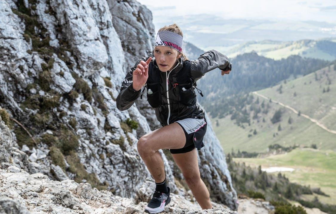 Atleta che corre in ambiente roccioso