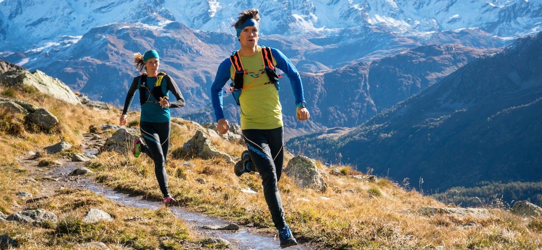 Trail runner che corrono in ambiente montano