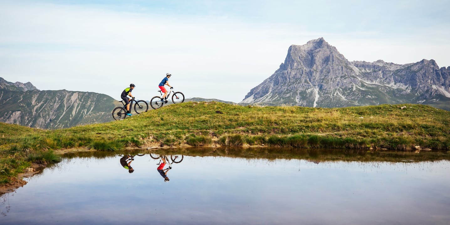 Foto due ciclisti in ambiente montano