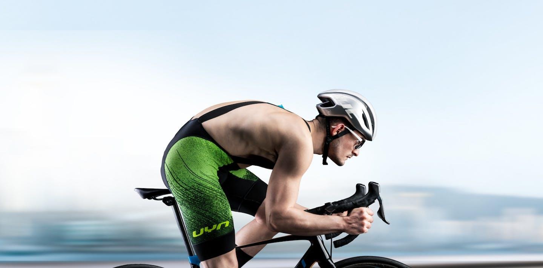 Ciclista indossa abbigliamento UYN Alpha Bike