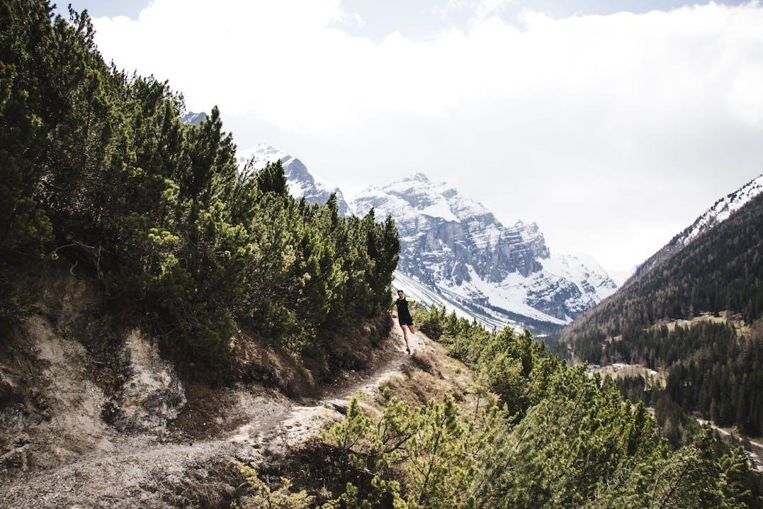 Trail runner che corre in ambiente montano