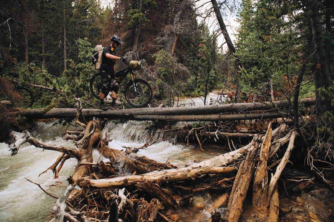 Mountainbiker indossa abbigliamento FOX