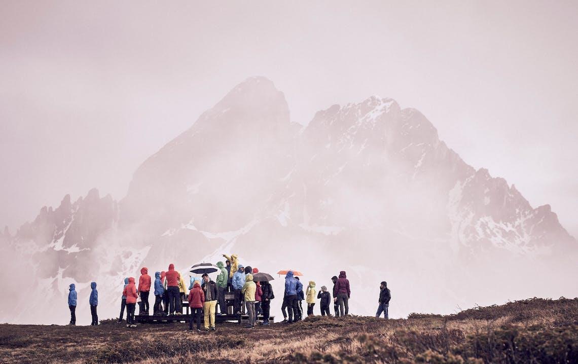 Gruppo di persone sotto alla pioggia