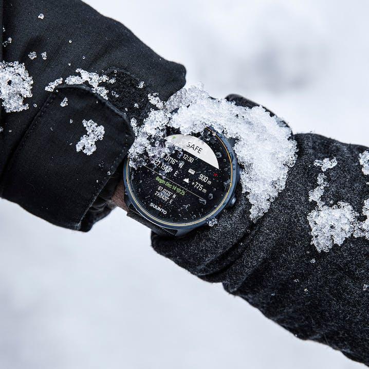 Foto orologio sporco di neve
