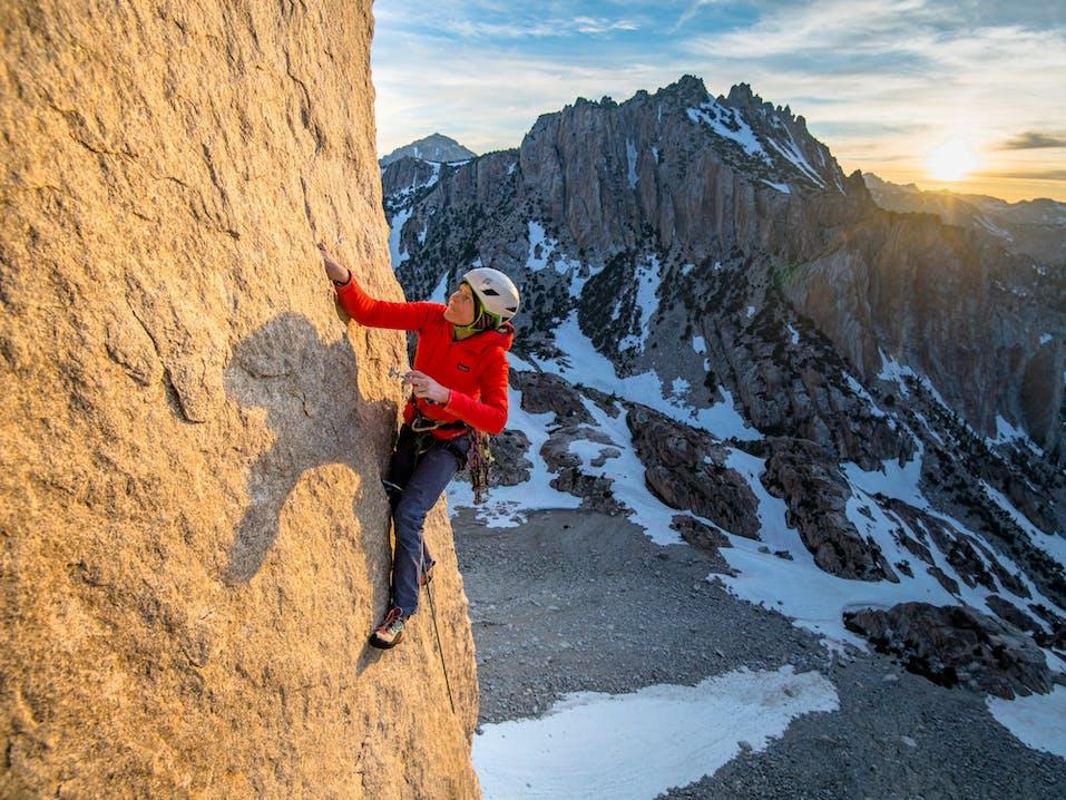 Donna che si arrampica
