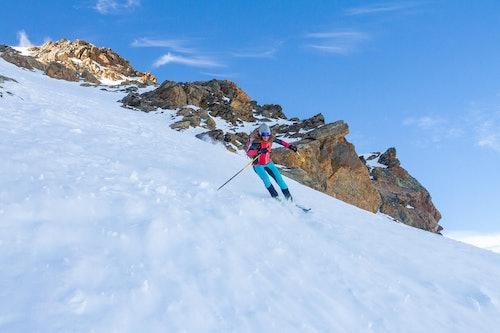 Scialpinista in discesa indossa abbigliamento Karpos