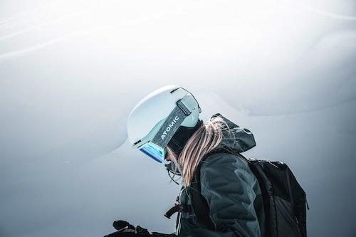 Sciatrice indossa abigliamento e attrezzatura Atomic