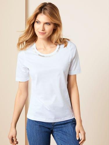 Dame in weißem T-Shirt
