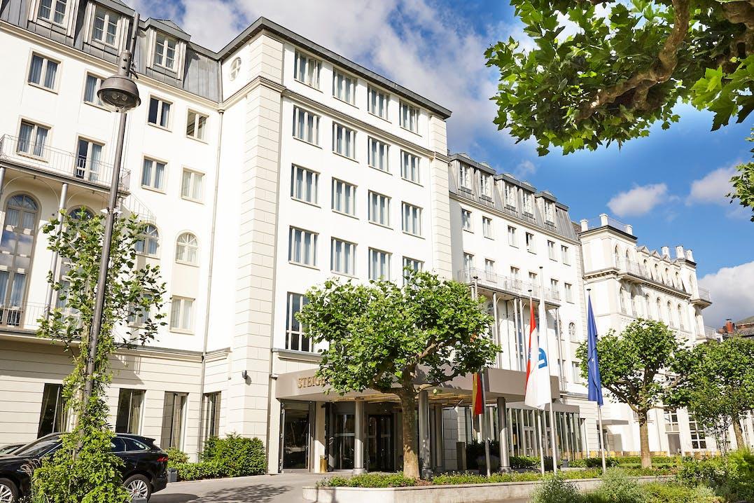 Das traditionsreiche First-Class-Hotel liegt zentral und doch ruhig am ältesten Kurpark Europas.