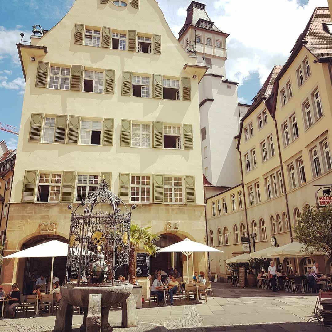 Bick auf einen Stuttgarter Marktplatz mit Brunnen