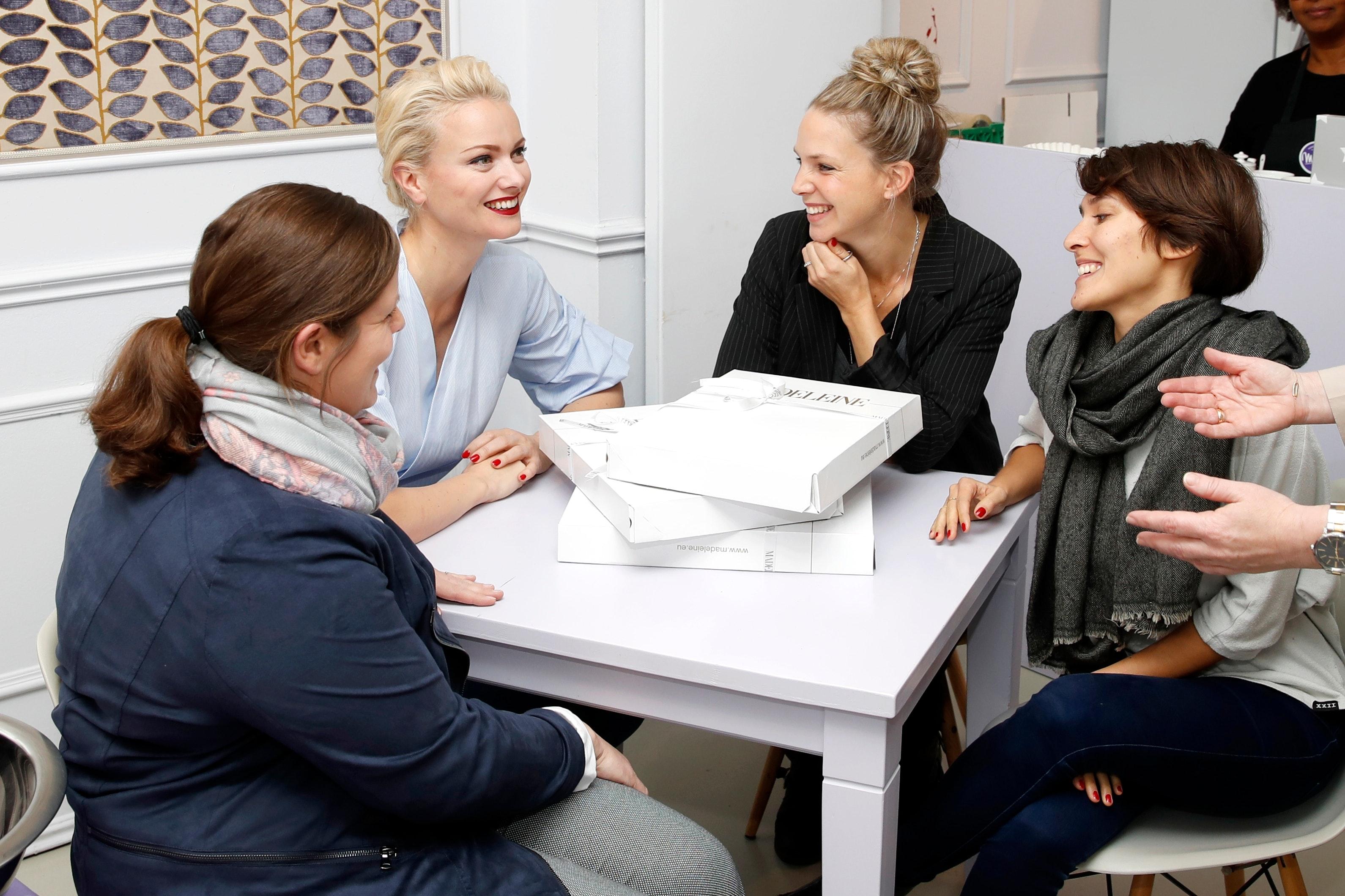 Die Mitarbeiterinnen der Mattisburg erhielten Stylingtipps für den Kaschmirponcho von Franziska Knuppe