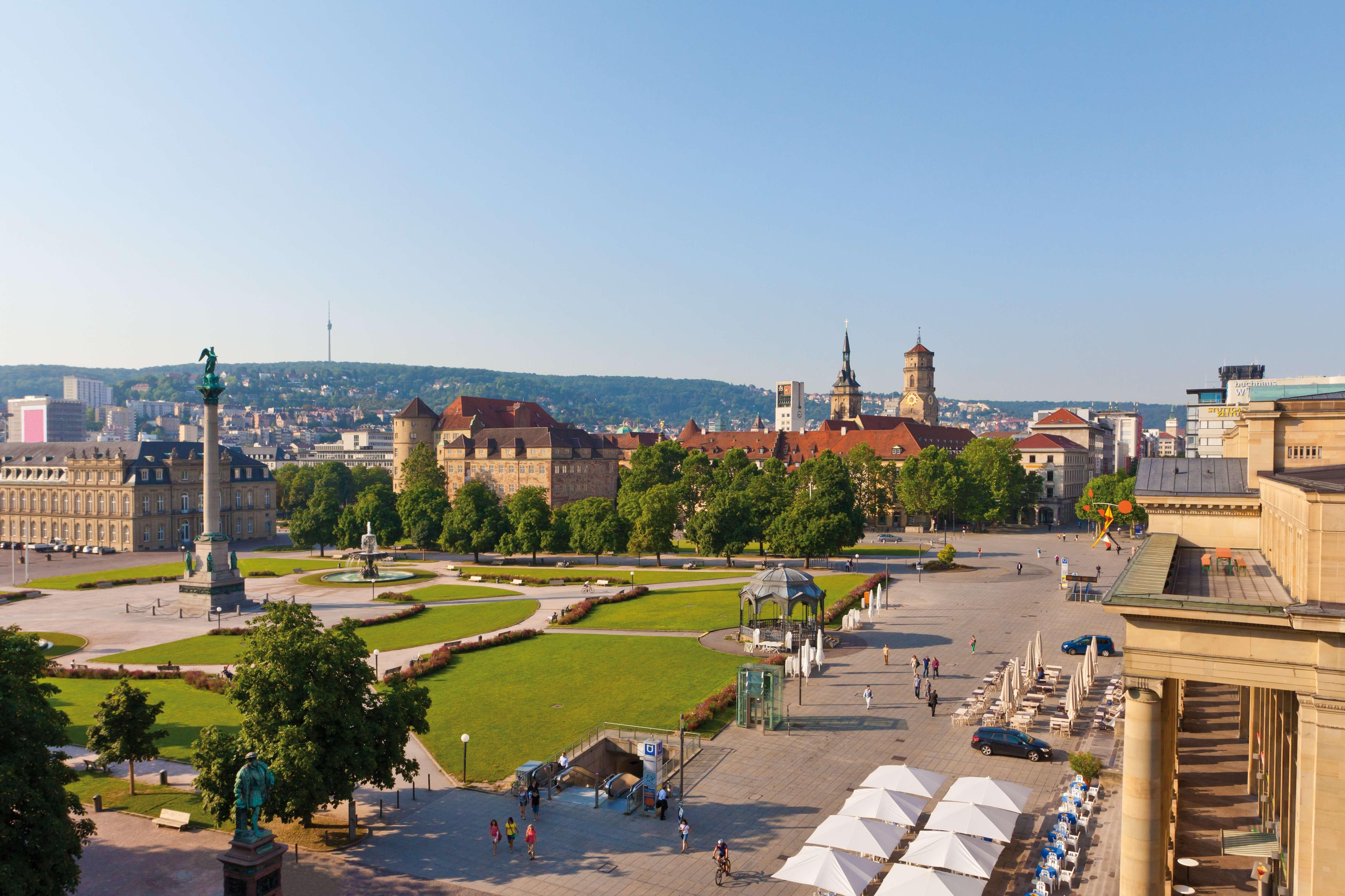Blick auf den Stuttgarter Schlossplatz bei Sonnenschein