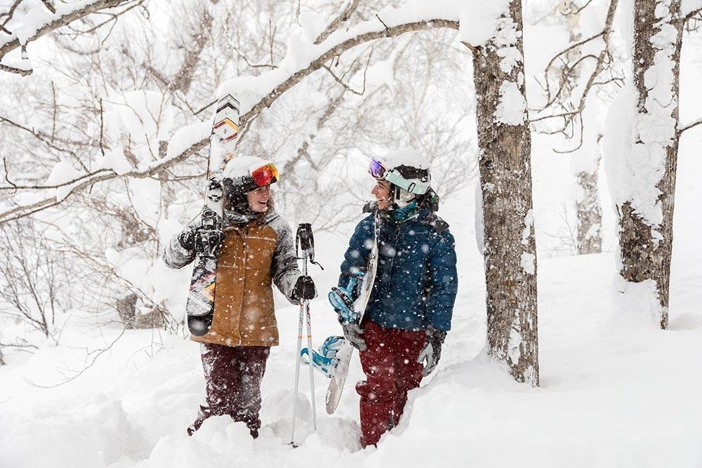 Frauen mit Ski und Snowboard