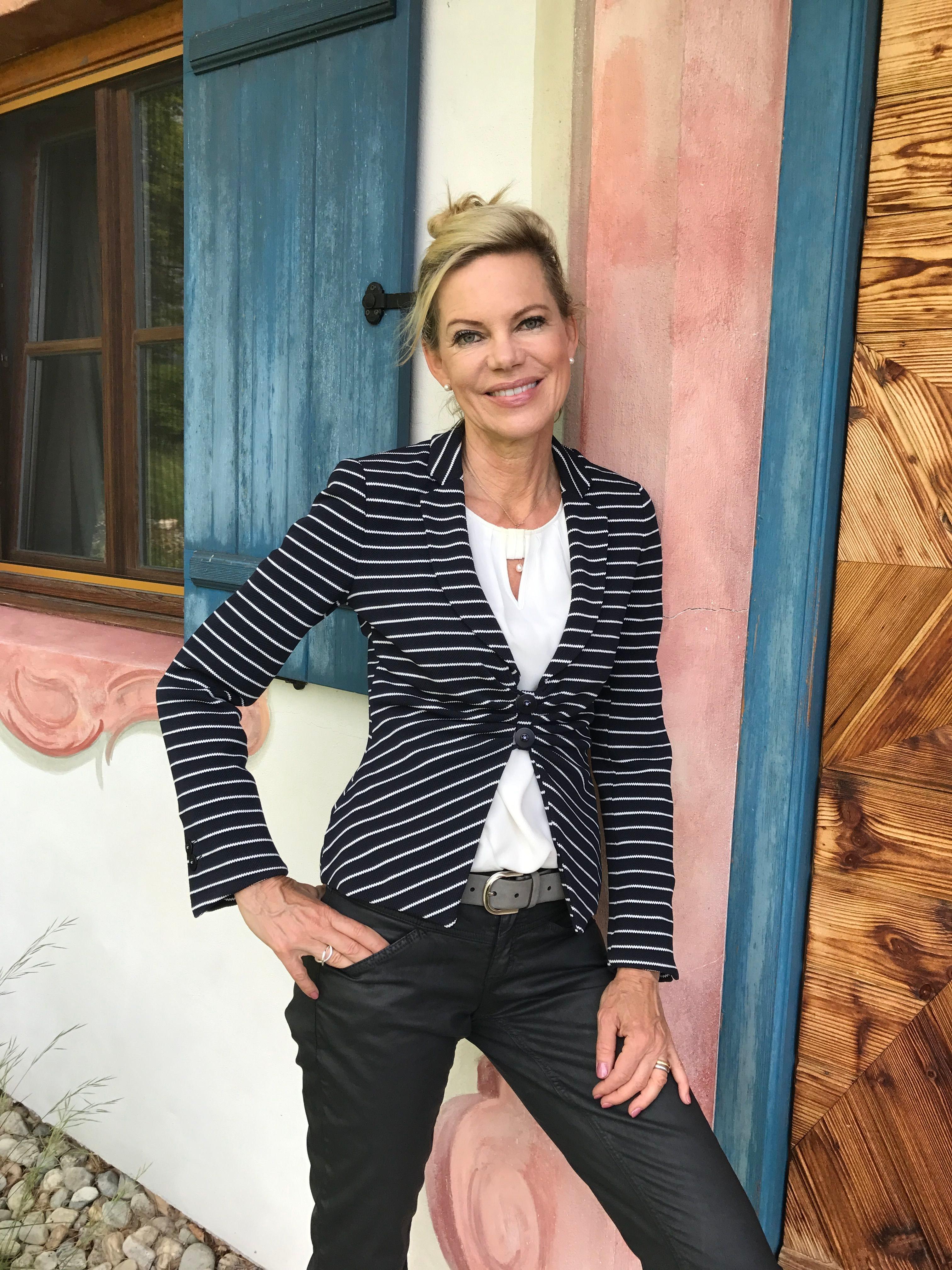 Nina Ruge in einem Blazer von MADELEINE