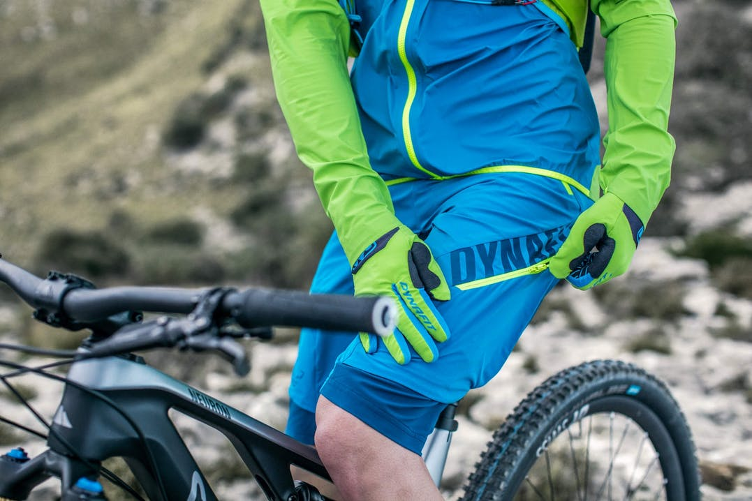 Atleta indossa abbigliamento mountain bike Dynafit uomo