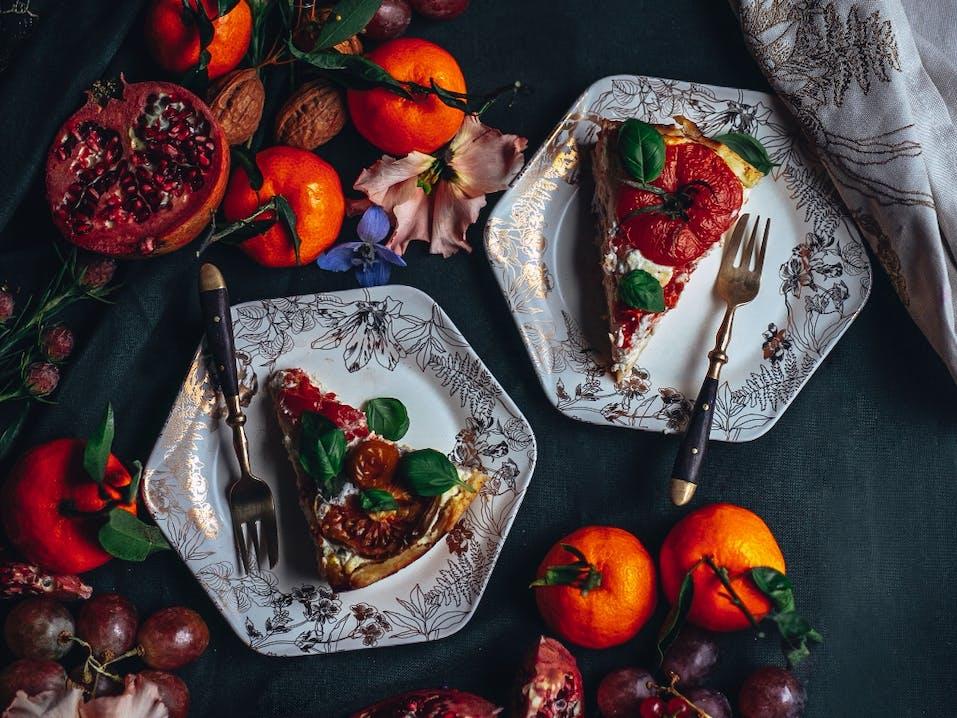 ESSENZA Masterpiece Porzellan Off White fotografiert von Ezgi Polat Rezept: Quiche mit Tomaten, Ricotta und Gruyere