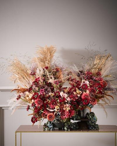 Für unsere Fotografie hat der Blumenkünstler A.P. Bloem moderne Interpretationen der Blumenstillleben kreiert.