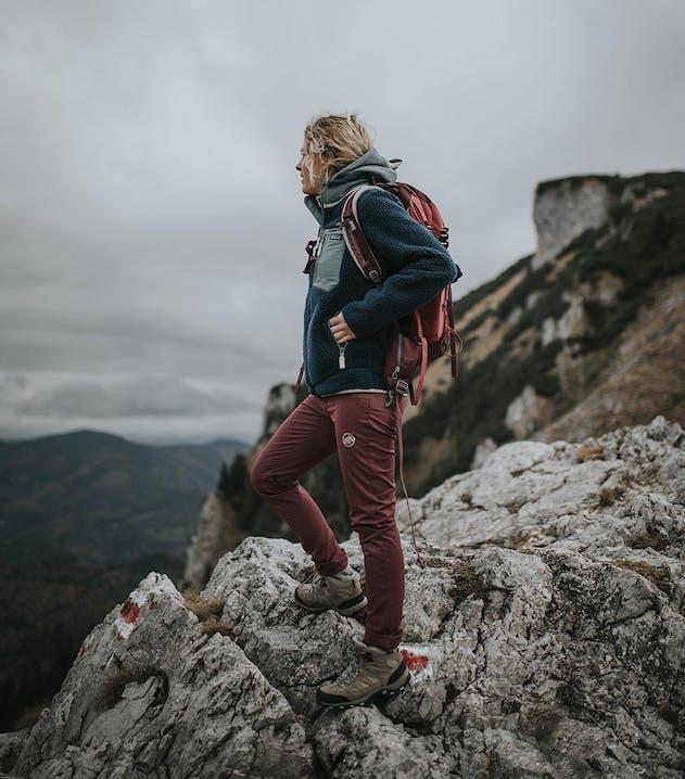 Wäre Paradox: die Natur in Kleidung genießen, die umweltschädlich ist