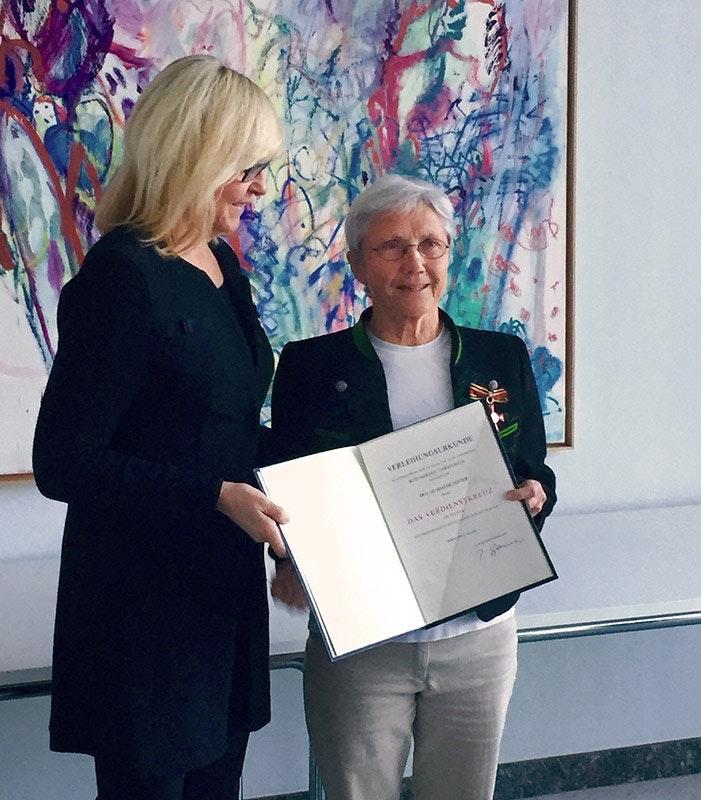 Marianne Dötzer bei der Verleihung des Bundesverdienstkreuzes.