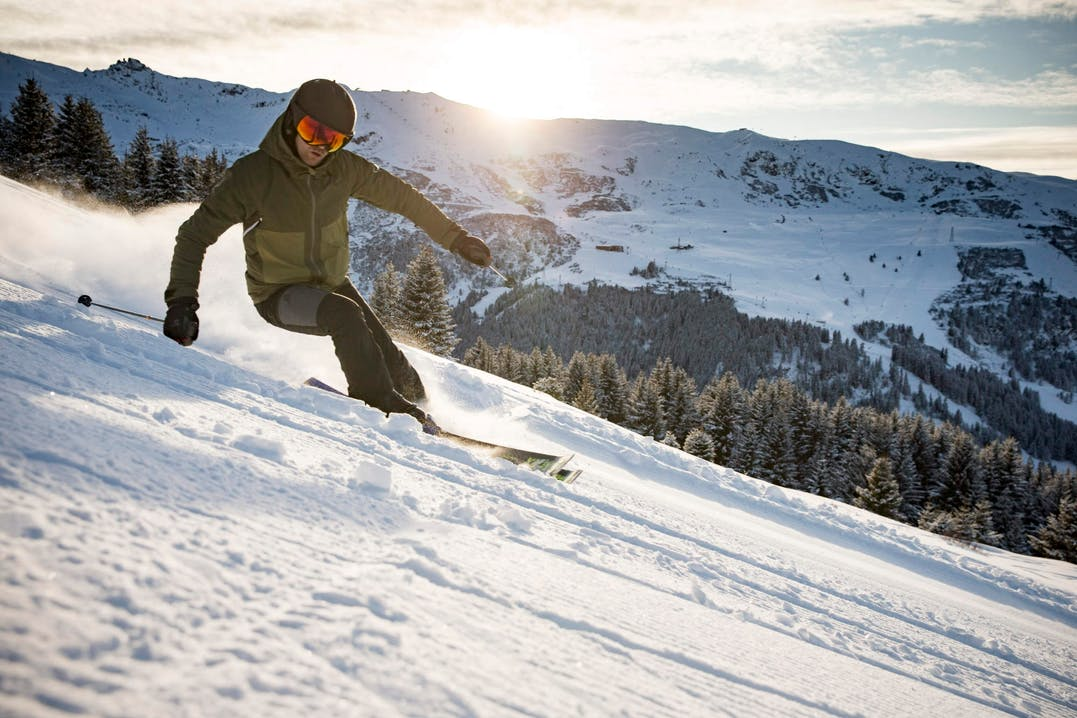 Sciatore in pista indossa Salomon
