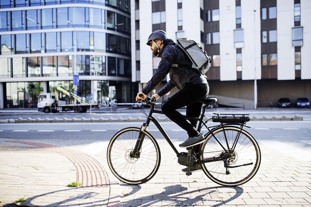 Mann fährt mit dem Rad zur Arbeit