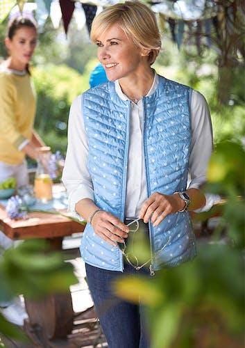 Frau in Garten_Weste Hellblau mit weißen Punkten