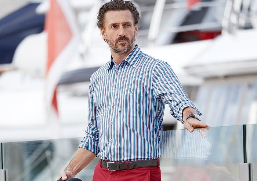 Mann auf Steg im Streifen-Hemd