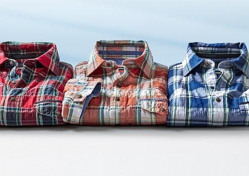3 Karo-Hemden vor blauem Hintergrund