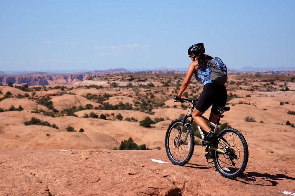 Frau beim Mountainbiken in Utah, USA