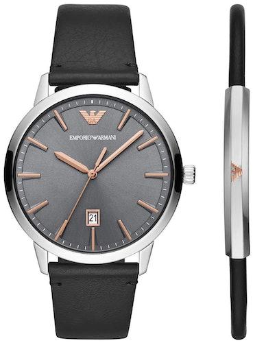 Cette montre EMPORIO ARMANI se compose d'un boîtier Rond de 43 mm et d'un bracelet en Cuir Noir