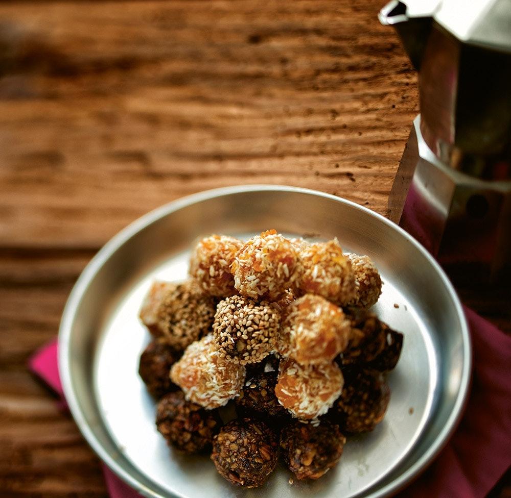 Schmecken lecker und sind echte Kraftpakete! Die Aprikose-Kokos-Balls.  ©Peter Greppmayr