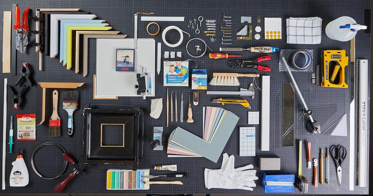 Bilder einrahmen: Werkzeuge aus der Rahmenwerkstatt bei Modulor