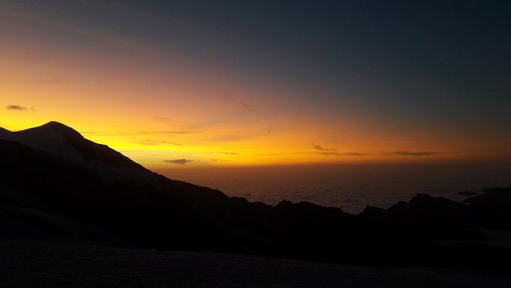Sonnenaufgang-Berg-Gipfel