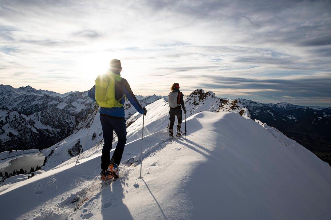 Scialpinisti in montagna indossano Vaude