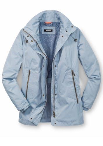 Hellblaue Jacke mit zwei großen Reißverschlusstaschen.