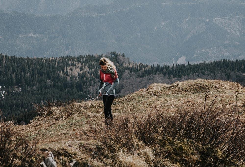 Junge Frau in den Bergen