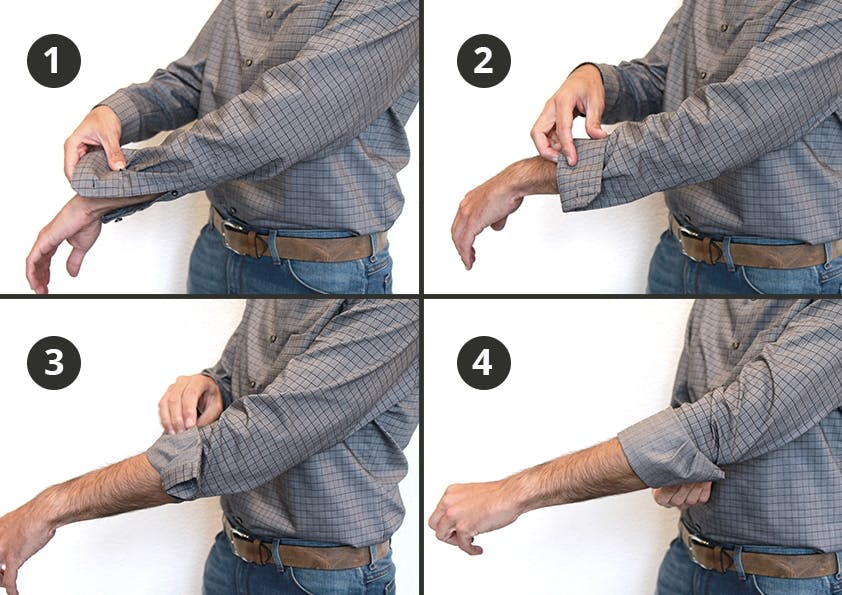 Bilder die in vier Schritten zeigen, wie ein Hemdenärmel hochgekrempelt wird.