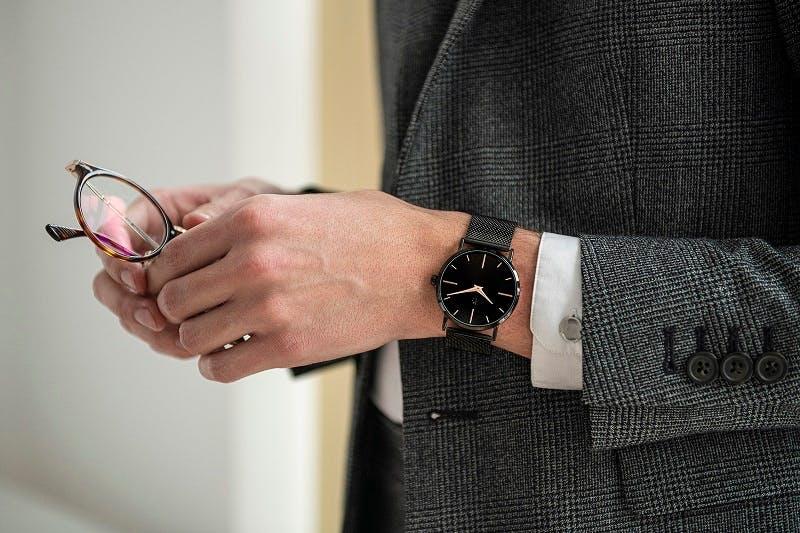 Cette montre B&G se compose d'un boîtier Rond de 40 mm et d'un bracelet en Métal Noir