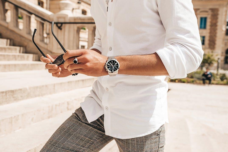 Cette montre CHRONOSTAR se compose d'un boîtier Rond de 51.5 mm x 44 mm et d'un bracelet en Acier et Métal Gris