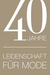 Logo zu 40 Jahren Leidenschafr für Mode bei MADELEINE, platinfarben mit weißer Schrift.