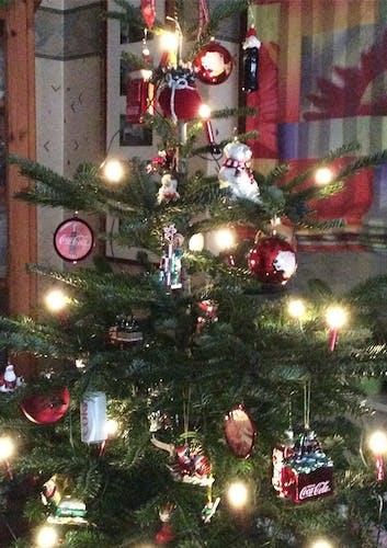Weihnachtsbaum mit Coca-Cola Anhängern