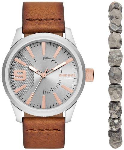 Cette montre DIESEL se compose d'un boîtier Rond de 46 mm et d'un bracelet en Cuir Marron