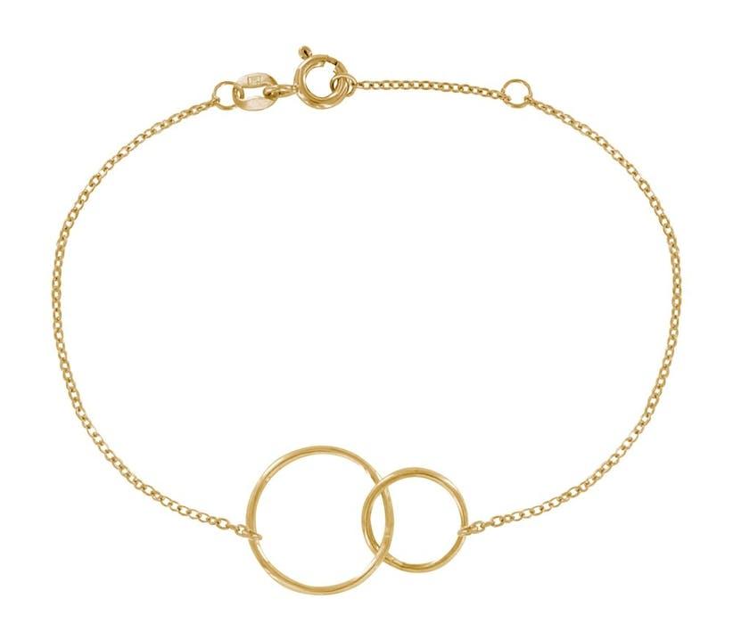 Bracelet plaqué or et deux cercles, un bijou original de la famille des Poulettes, une sélection de Stéphanie Ducauroix. Composé d'une chaîne plaqué or maille forçat (1 mm) et de deux cercles plaqué or (1,3cm et 0,9cm). Longueur du bracelet réglable de 16 cm à 18 cm. Fermoir plaqué or. Bijou livré dans son écrin Les Poulettes.