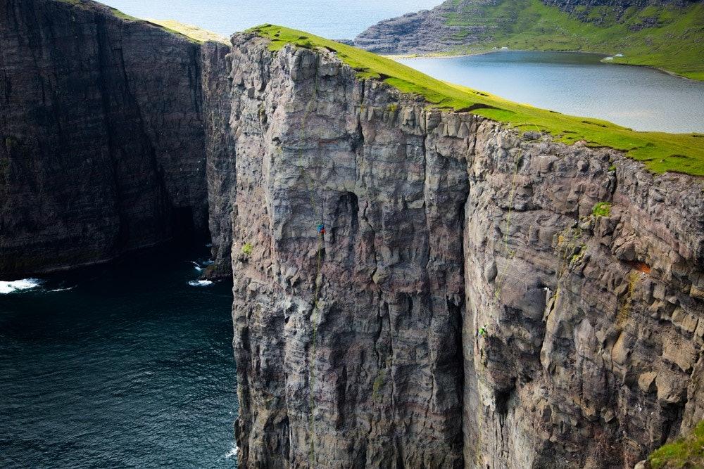 Klettern auf den Färöern - Finde den Kletterer!