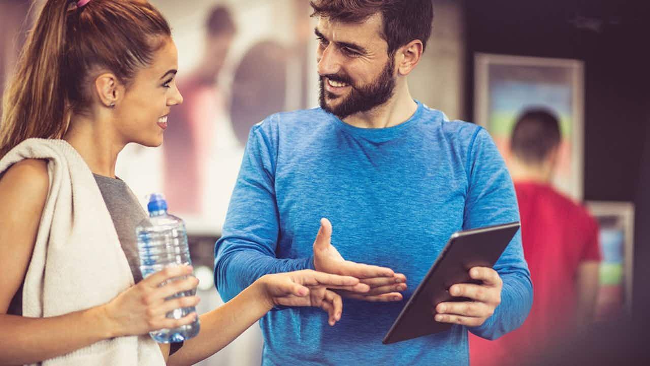 Paar unterhält sich im Fitness Studio