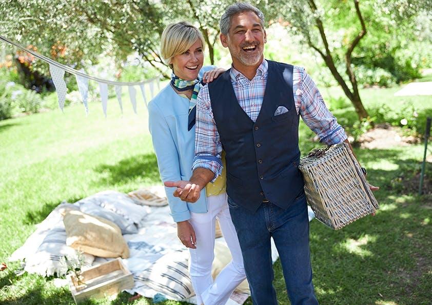 Pärchen im Garten mit Picknickkorb