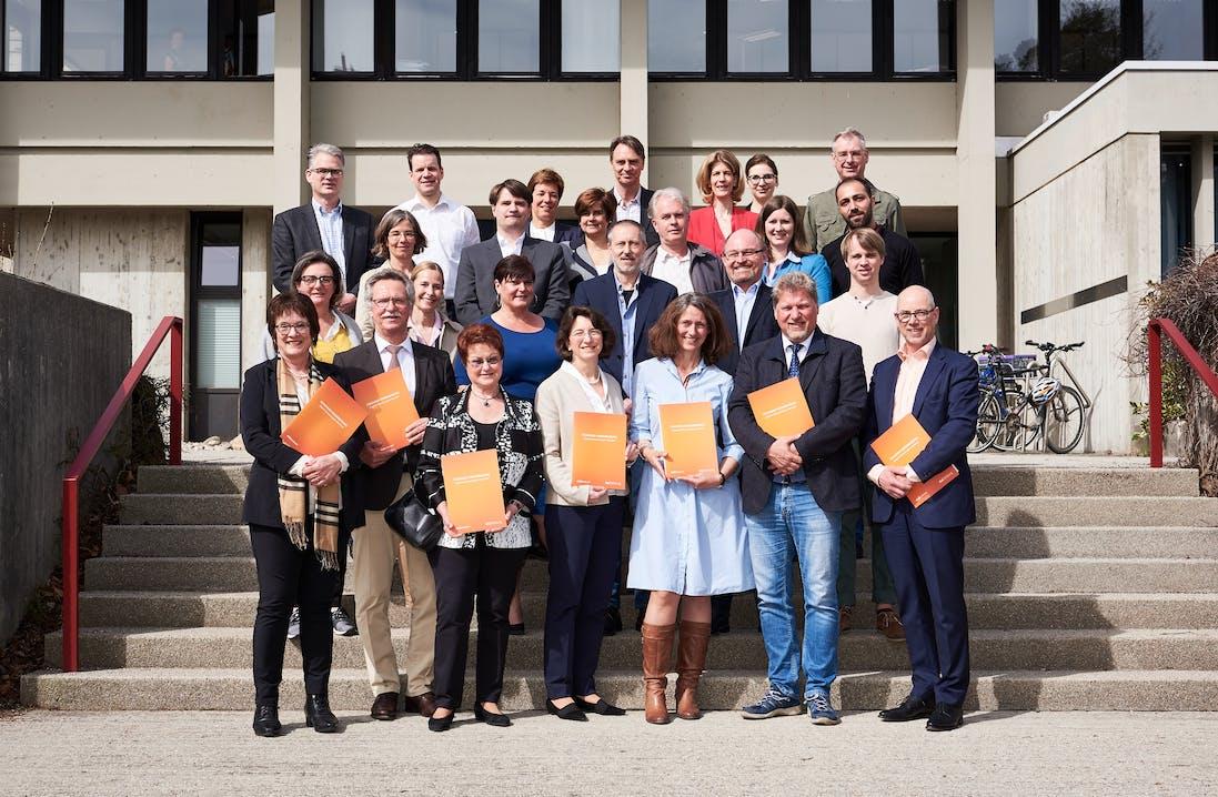 Die Bürgermeister_innen der teilnehmenden Gemeinden, die Vorständin der Rid Stiftung, das Beraterteam von elaboratum, Wirtschaftsförderer der Gemeinden und Vertreter der örtlichen Gewerbeverbände.