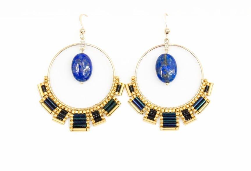 Boucles d'oreilles créoles en Plaqué Or Gold Filled 14 Carat ornées d'un tissage de perles de verre Miyuki et d'un Lapis Lazuli naturel.Longueur: 6.5cmVertus du Lapis Lazuli: C'est une pierre d'équilibre, d'apaisement, de régulation et de réparation. Symbole de la protection, il aide à traverser les moments et les situations difficiles. C'est une pierre qui apporte la sagesse, la confiance en soi, l'intuition et l'expression créatrice.Matière principale : Or